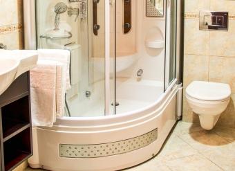 Kupelna-v-izbe-standard-2-lozkovej-izbe-v-Palace-Hotel-Polom-v-Ziline